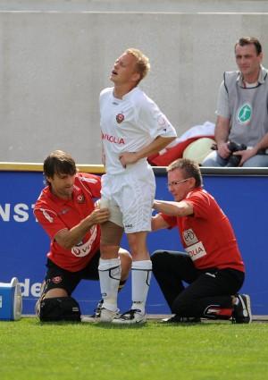 Lars Gärtner (Gaertner / links) und Mannschaftsarzt Dr. Andre Juschten behandeln Michael Kügler (Kuegler); SG Dynamo Dresden - VfB Stuttgart II 1:0